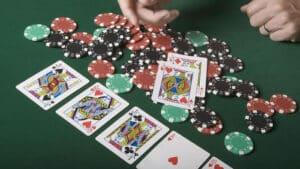 テキサスホールデムをオンカジルールで解説!負けない方法とポーカーが強い人の特徴